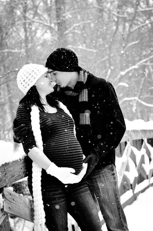 Christmas Maternity Photo Ideas, Holidays, Pregnancy, Maternity Photos, Winter Photo Shooting #Pregnancy #Photos #Christmas #Ideas
